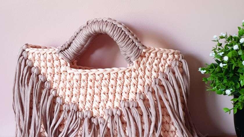 Чанта с ресни от трикотажна прежда на една кука